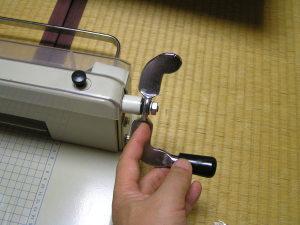 紙抑えハンドルの組み立て
